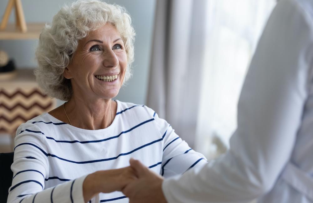 Opiekun osób starszych – lepiej jako praca sezonowa czy stała?