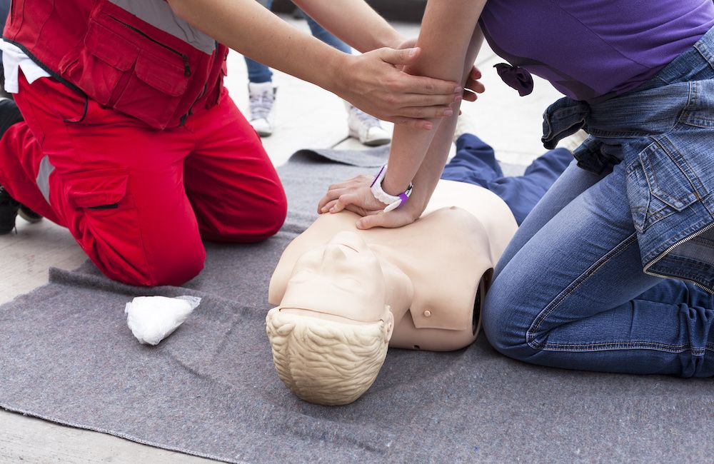 Pierwsza pomoc przedmedyczna dla seniora — jak postępować w razie wypadku?