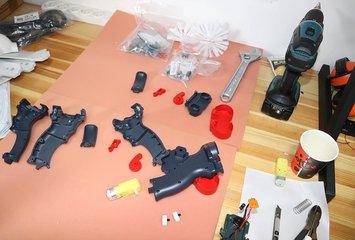 אקדח צעצוע היורה חצים באופן אוטומטי