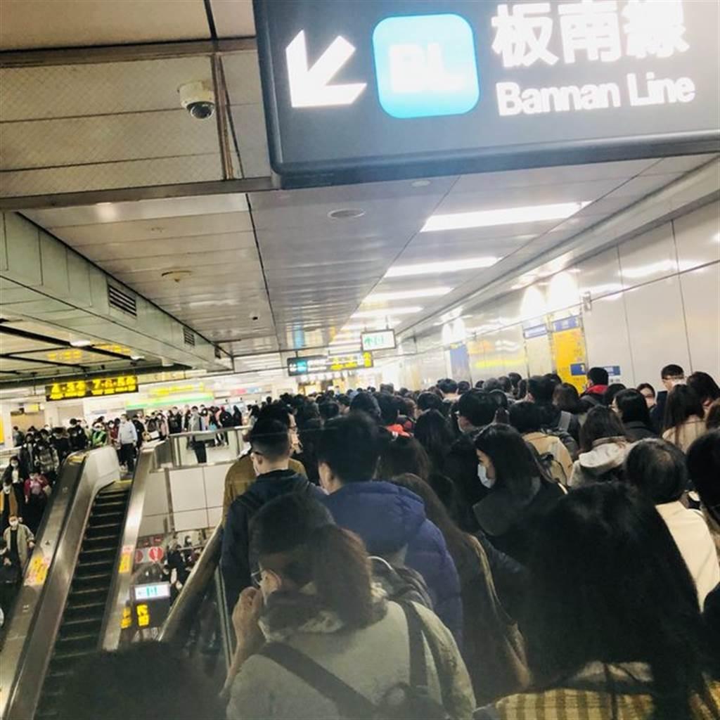 卡在捷運站的人潮多得像在跨年。(翻攝自PTT)