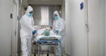 在爺爺從急診負壓隔離室移到隔離病房的院外動線上,護理師特別讓家屬在空氣流動的地方見爺爺一面。(示意圖/pexels免費圖庫)