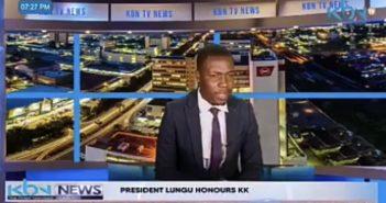 Kabinda Kalimina在播報新聞時,突然在觀眾面前指控公司「未付薪水給他和同事」。