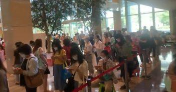 醫護湧入亞東醫院打疫苗,甚至有人搬出折疊椅排隊等候。(圖/記者爆料網提供)