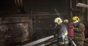 高雄岡山25日發生火警,一名消防隊員救災不慎墜入油槽 ,手腳小腿三度燒燙傷10 % 。(圖/消防局提供)