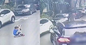 後方一輛休旅車輾過在玩滑板車的男童。(圖/翻攝自新浪新聞)