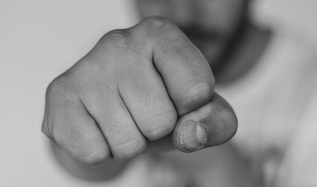 陳男開玩笑出拳打前同事肩膀。(圖/示意圖/翻攝自Pixabay)