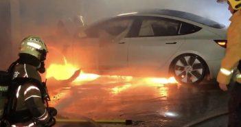 台南今6日晚間發生一輛特斯拉電動車自撞民宅起火,現場濃煙滿布。