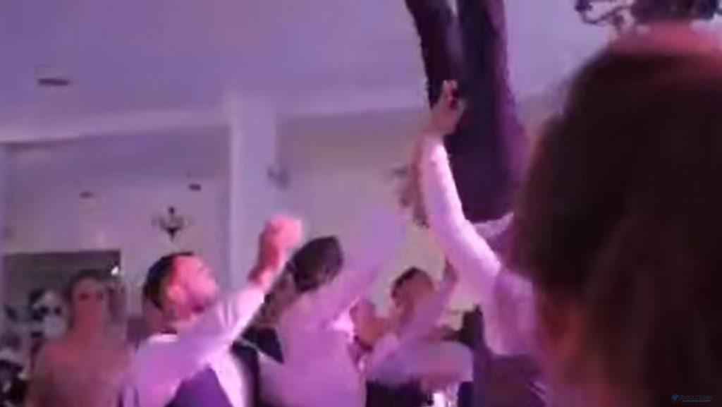 羅馬尼亞1名新婚丈夫被婚鬧拋接,結果脊椎骨折。(圖/翻攝自YouTube)