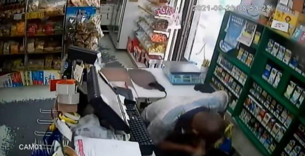 屏東1男子被女店員提醒戴好口罩,不料卻突然抓狂,徒手挖對方眼睛。(圖/翻攝自爆料公社)