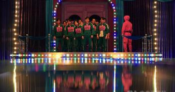 韓國導演黃東赫新作影集「魷魚遊戲」上線,找來演技派男星李政宰、朴海秀主演,描述456個魯蛇為獲得高額獎金逆轉人生而拚死一搏的故事。(圖/Netflix提供)