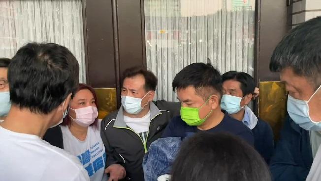 國民黨團書記長陳玉珍奇襲議場。(圖/中天新聞)