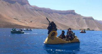 塔利班神學士大玩天鵝船。(圖/翻攝自「@Lone_wolf110」Twitter)