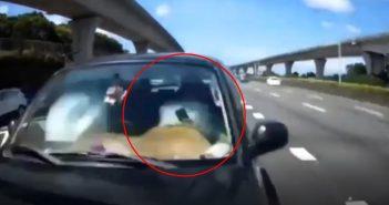 黑色客車駕駛開車時滑手機,直接撞上前方車輛。(圖/翻攝自黑色豪門企業臉書)