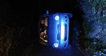 事發在英國英格蘭,有一對夫妻開車去外頭在車內進行性行為,結果他們的車頓時整台翻覆滑下山,直接側倒在一旁。(圖/翻攝twitter)
