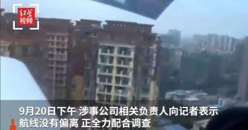 飛機在四川成都市人口密集區低空飛過。(圖/翻攝自微博)