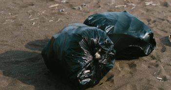 婦人將700萬元分裝進黑色垃圾袋,藏在床底下。(示意圖/翻攝自Pixabay)