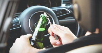 信被一名婦人酒後騎車撞上了路邊的汽車後摔倒,警員在把她送到醫院進行酒測後,測出高達0.56mg/L的酒精濃度。(示意圖/取自Pexels)