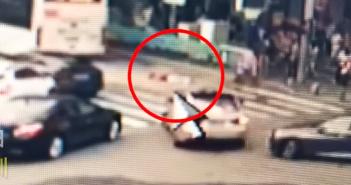 公車開走,有民眾發現女童倒在斑馬線上。(圖/翻攝自微博)