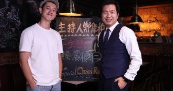 吳慷仁(左)日前上《E!Studio藝鏡到底》節目,和主持人鄭偉柏暢聊。(圖/MOMOTV 75台提供)