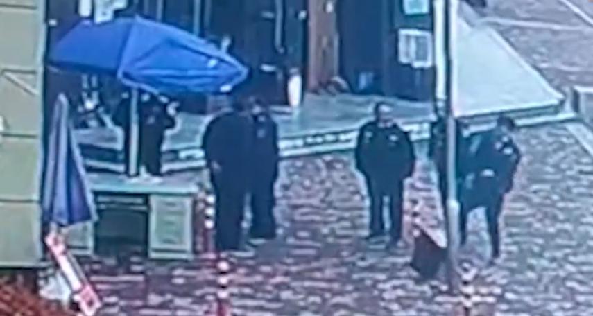 男子因為掃QR Code問題,與保全發生強烈爭執。(圖/翻攝自「后浪視頻」微博)