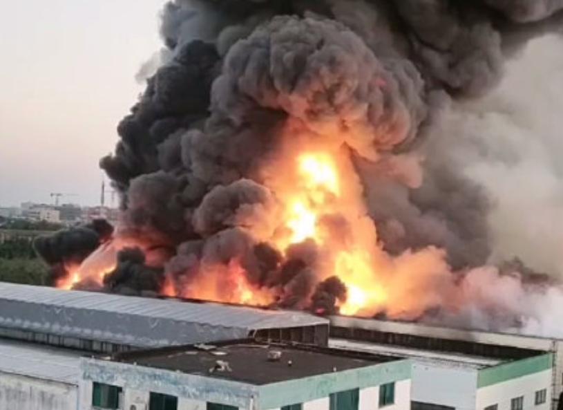 上海公司發生火災,黑煙直衝雲霄。(圖/翻攝自「極目新聞」微博)