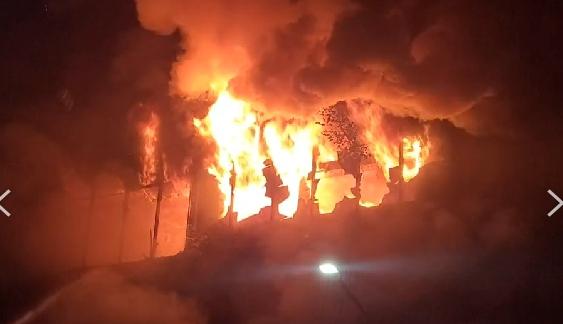 高雄市鹽埕區府北路上一棟住商混合大樓,半夜發生火警。(圖/中天新聞)