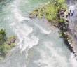 新北雙溪虎豹潭昨(16)日因溪水暴漲,導致前往該處遊玩的「大方自然體驗團」31人(16大15小),在步行梳子壩時有6人(2大4小)不幸遭捲走。(圖/由中天新聞提供)