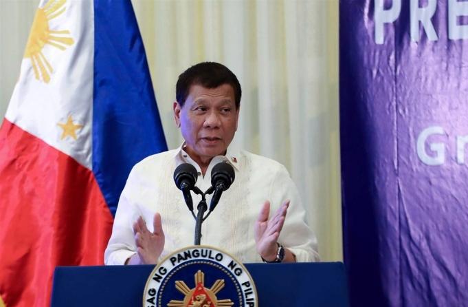 針對部分民眾不願接種疫苗,菲國總統杜特蒂揚言將「趁他們熟睡,進到他們家裡幫他們打疫苗」。(圖/翻攝自臉書/pcoogov)