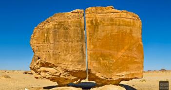 神秘巨岩「阿納斯拉」彷彿被雷射切割,完美的一分為二(圖/翻攝自YouTube/Ancient Architects)