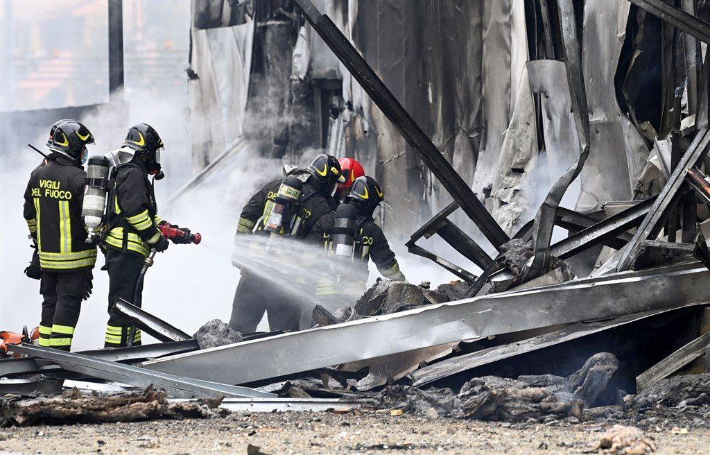 義大利一架小型私人客機3日自空中墜落後撞毀一棟2層樓高的空建築物,機上的8人全數不幸罹難。(路透社)