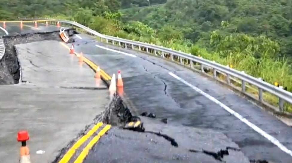 長公路出口東端路面下陷,緊急封閉全線道路。(圖/中天新聞)