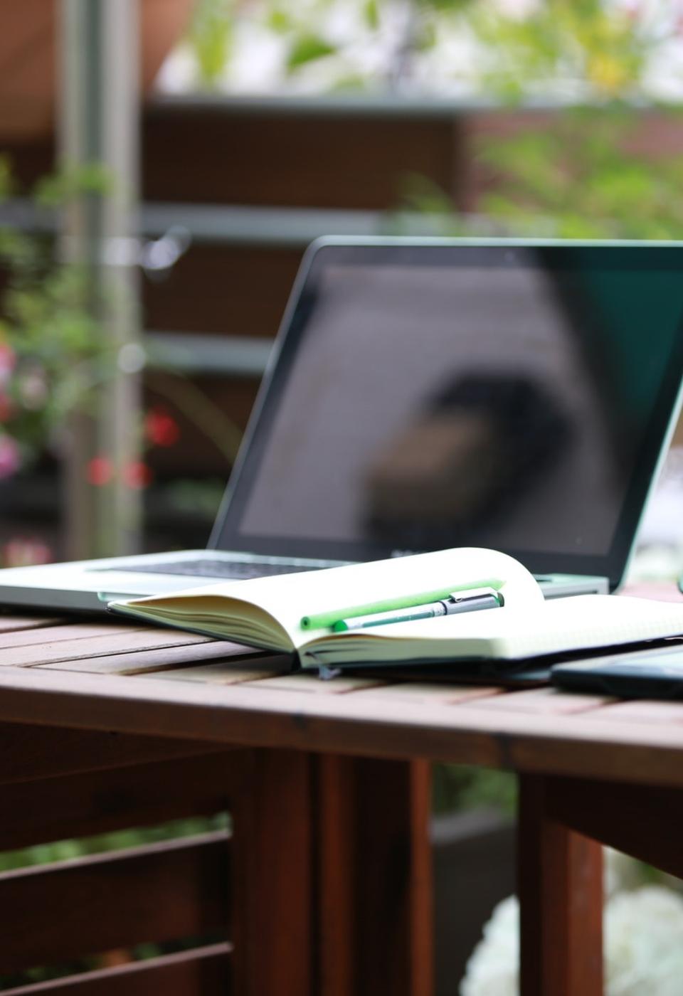 cup-desk-digital-nomad-221011@2x