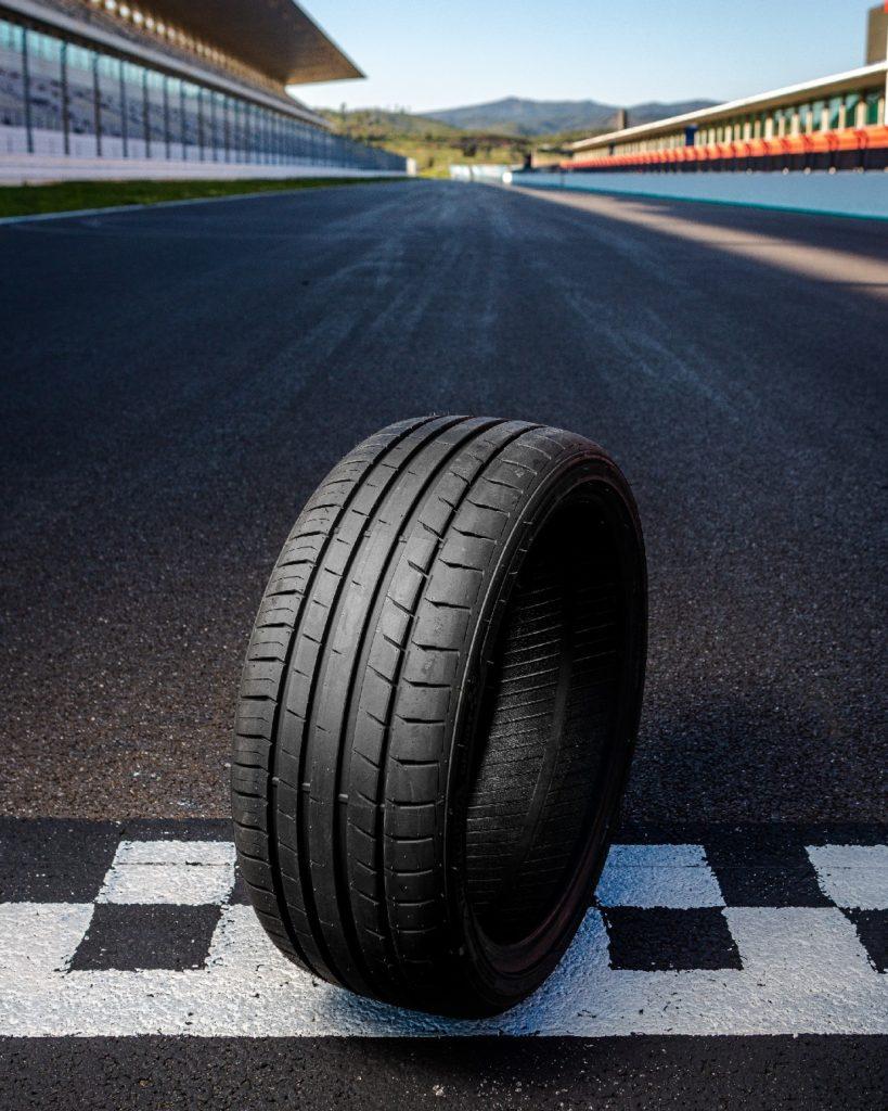 protoura-sport-davanti-pneumatico-uhp-altissime-prestazioni