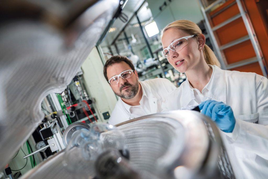basf-e-porsche-collaboreranno-allo-sviluppo-di-batterie-agli-ioni-litio-ad-alte-prestazioni-per-veicoli-elettrici