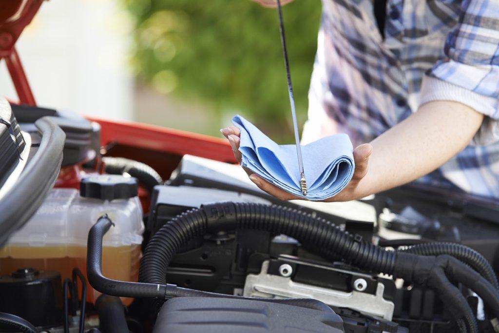 controllo-livello-dellolio-motore-auto-castrol-sfida-lubrificante