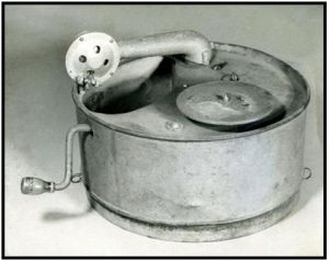 Known as the Cake Tin Player or Mill's Bomb, built in 1953. Designed by Stuart Mill with directly cranked spindle and the same governor as used in springphone record players.