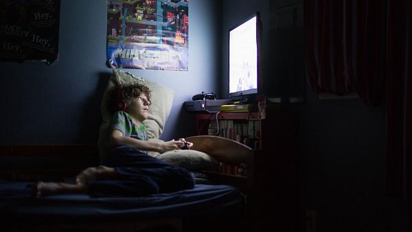 hraci-videoher-ztrati-prumerne-912-hodin-spanku-rocne