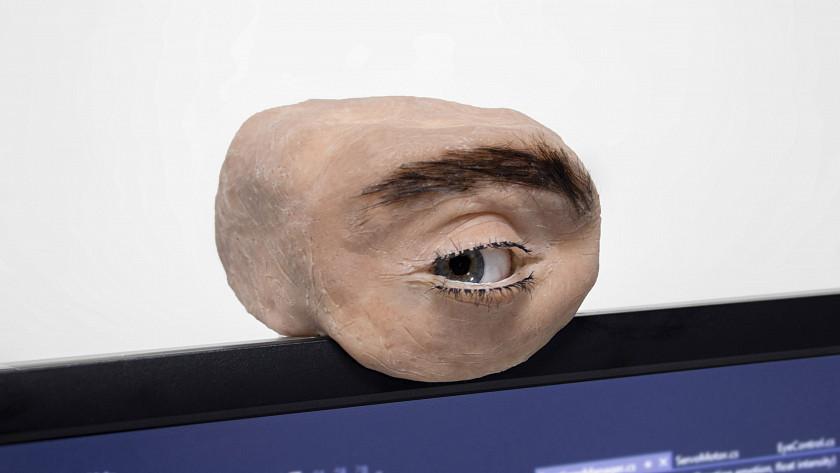lidske-oko-jako-webkamera-ktera-vas-pozoruje-mrka-a-vyjadruje-emoce