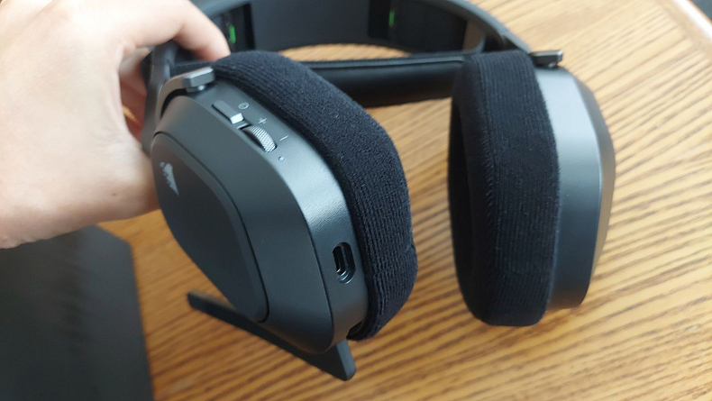 Corsair HS80 RGB recenze bezdrátový headset
