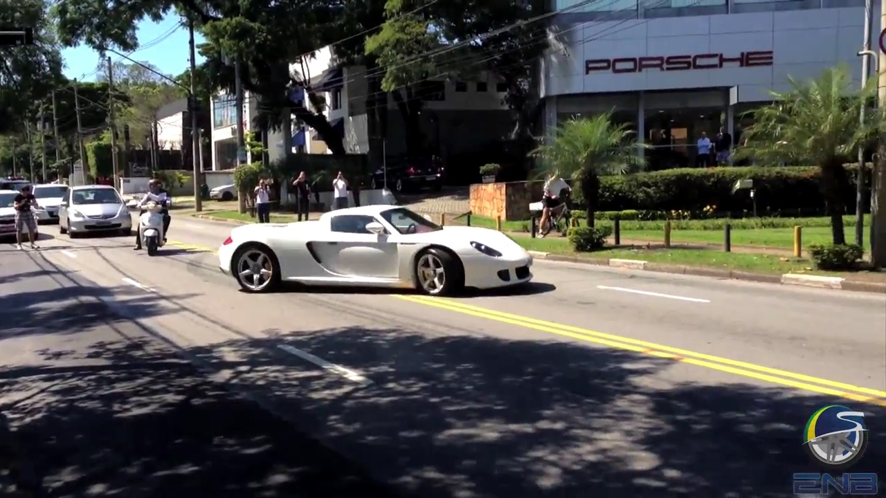 video porsche carrera gt gets wild and drifts in traffic gtspirit. Black Bedroom Furniture Sets. Home Design Ideas