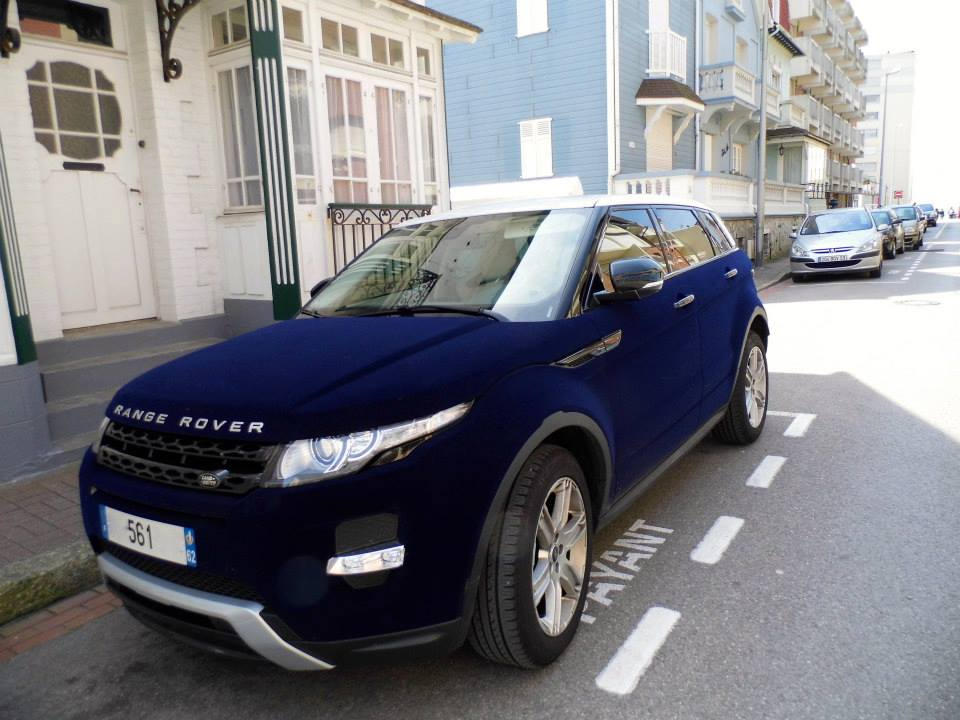 Overkill: Dark Blue Velvet Range Rover Evoque in France