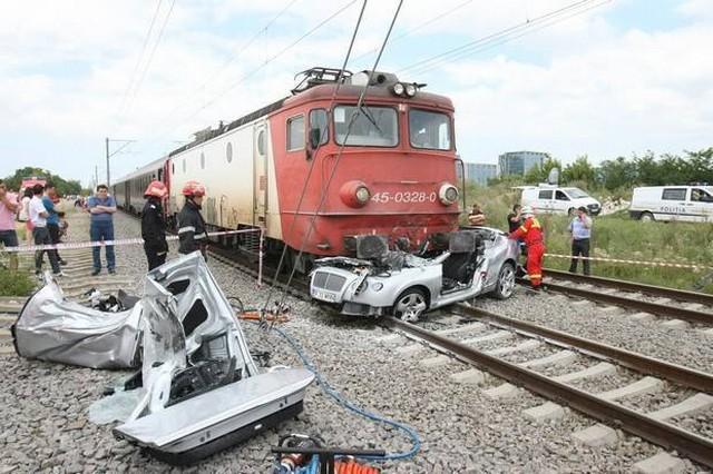 Train Crash Car Video: Bentley Contine...