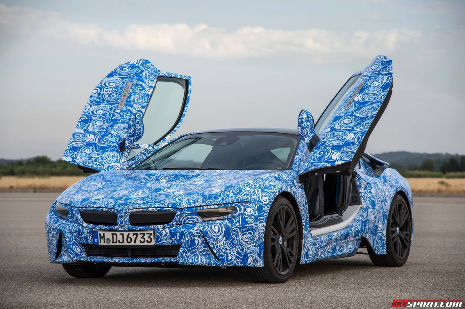 bmw i8 delivers 362hp, 50:50 weight distribution and gorilla glass