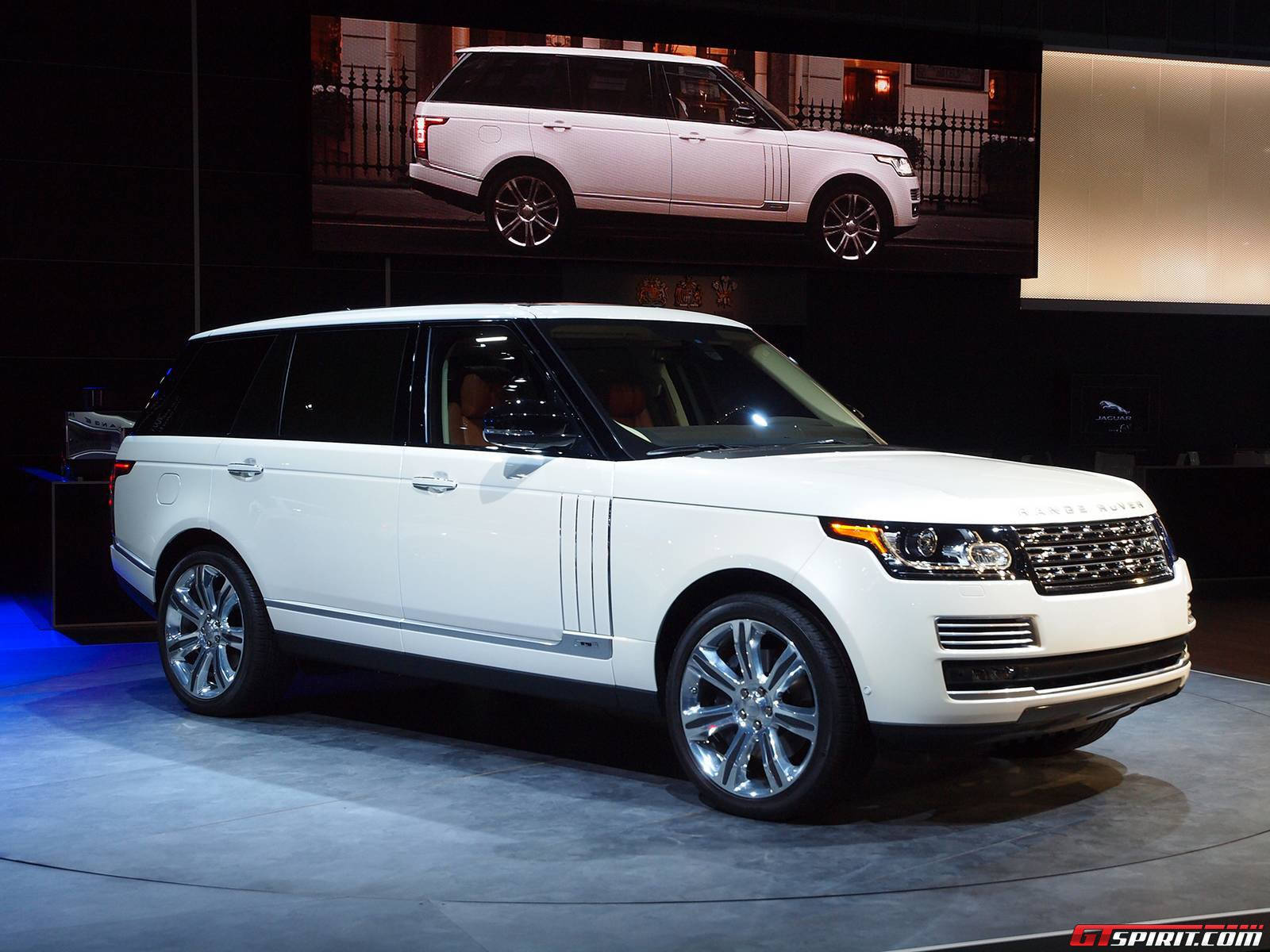los angeles 2013 range rover long wheelbase autobiography black gtspirit. Black Bedroom Furniture Sets. Home Design Ideas