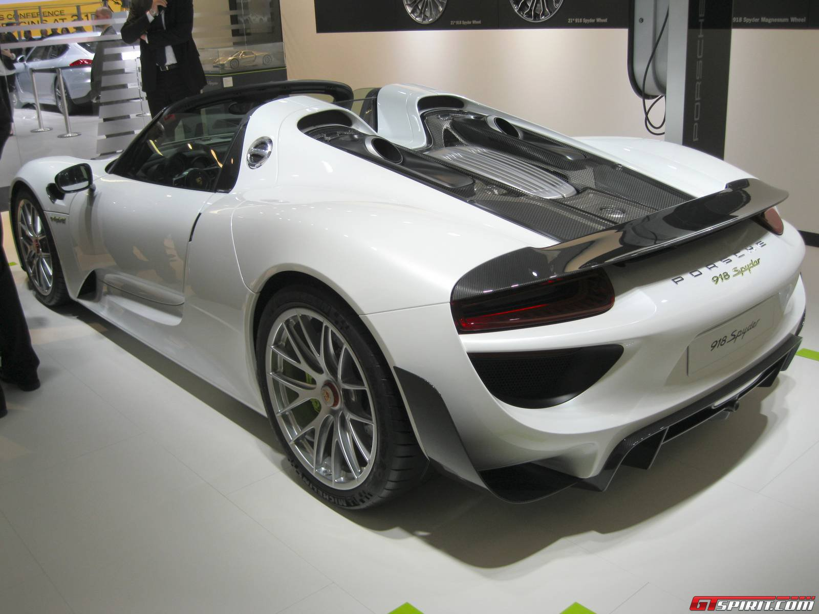 detroit 2014 porsche 918 spyder weissach package gtspirit. Black Bedroom Furniture Sets. Home Design Ideas