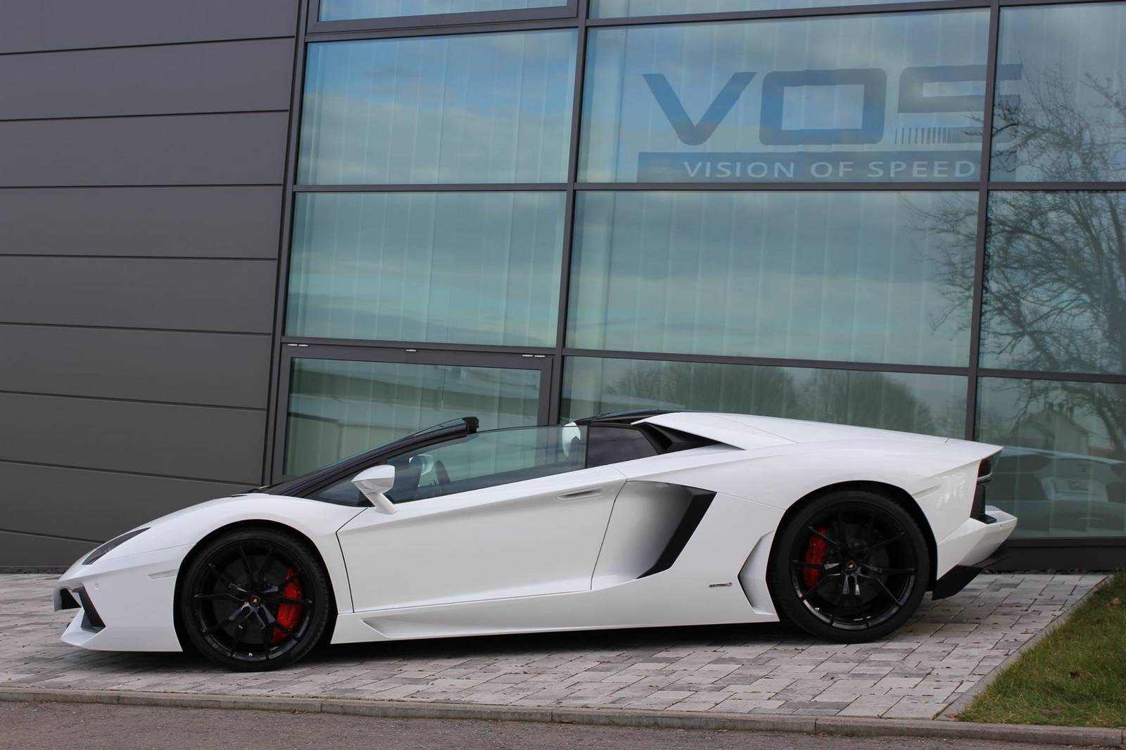 the aventador roadster features a centrally located 65 liter aspirated v12 generating 700hp an isr seven speed gearbox and push rod suspension