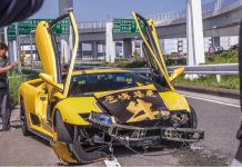 Lamborghini Diablo Crashes in Tokyo