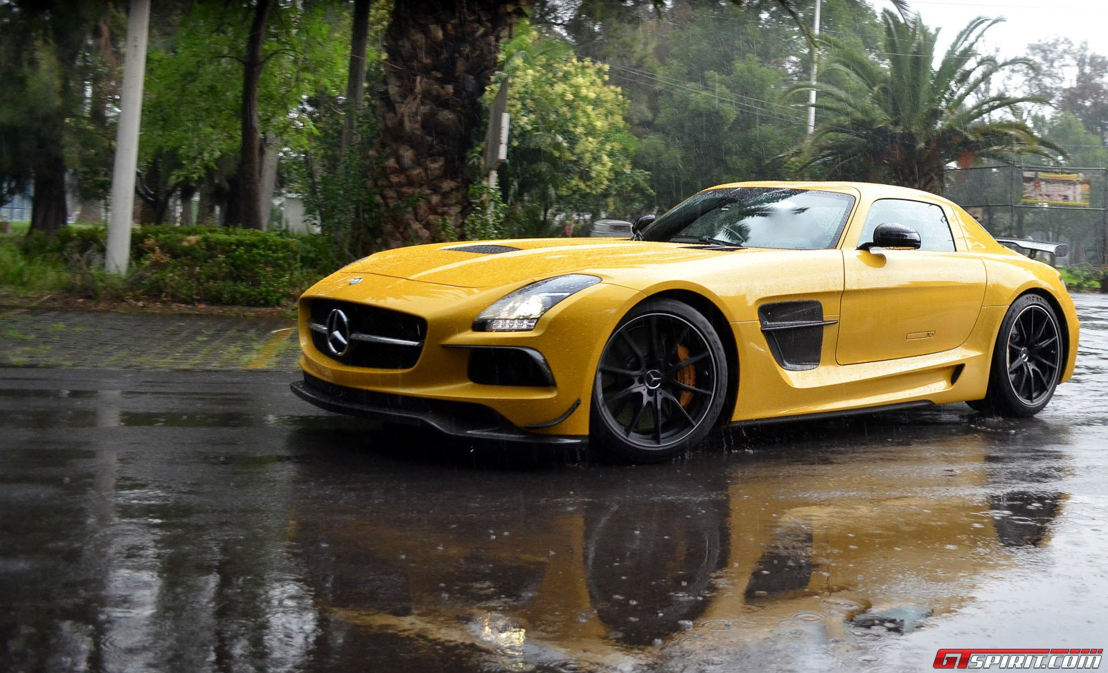 Solarbeam yellow sls amg black series spotted in mexico for Www mercedes benz mexico