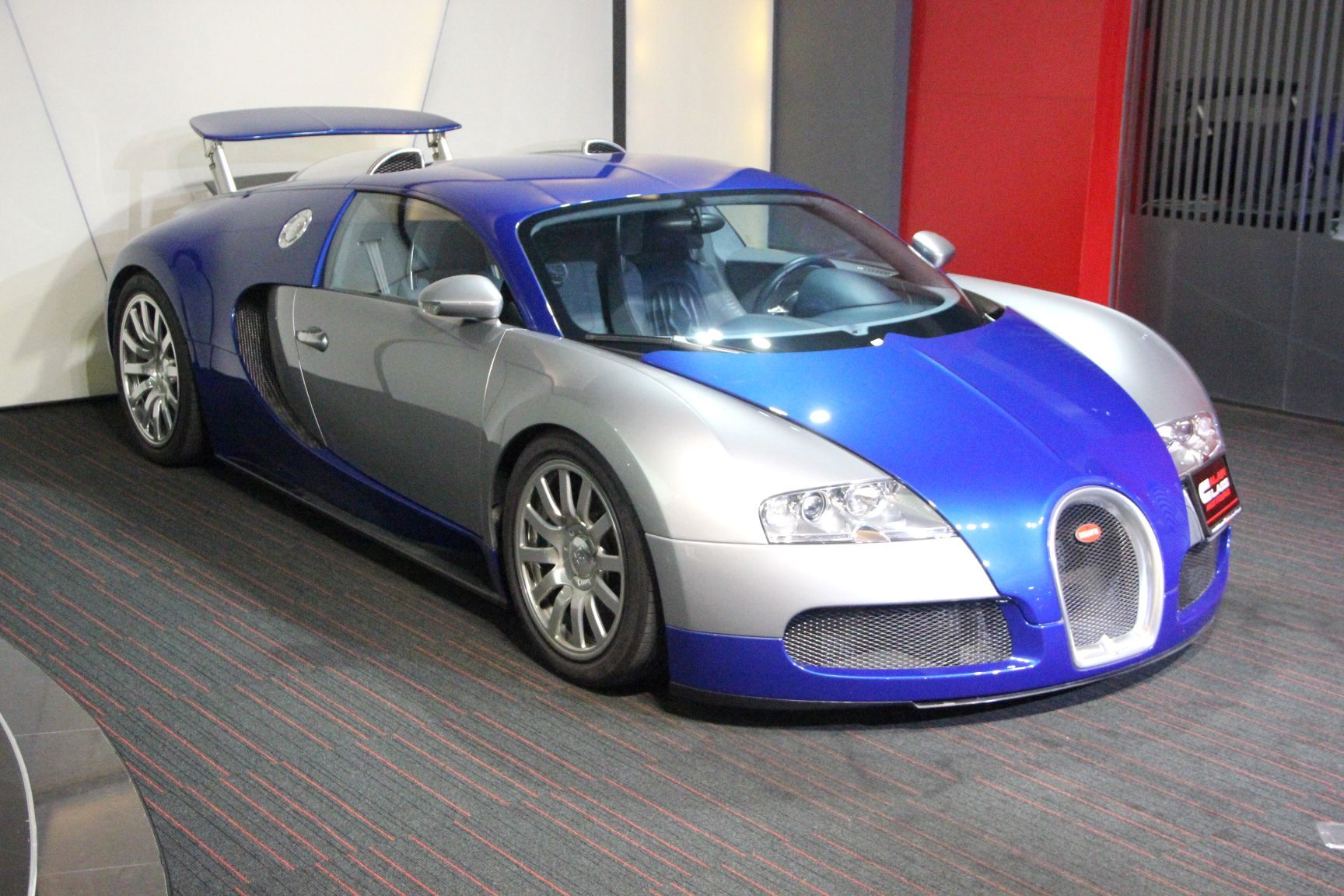 sexy blue and silver bugatti veyron for sale gtspirit. Black Bedroom Furniture Sets. Home Design Ideas