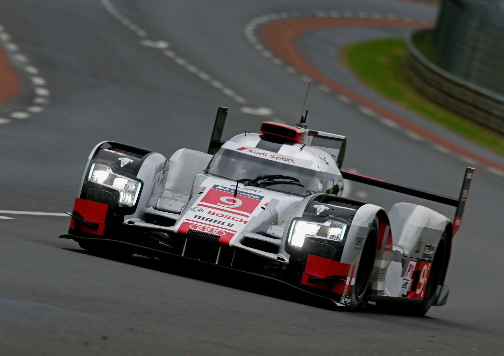 audi r18 e tron breaks 44 year le mans lap record gtspirit. Black Bedroom Furniture Sets. Home Design Ideas